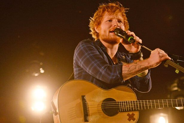 Ed Sheeran aparece de surpresa em festival na Inglaterra Background