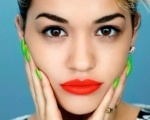"Rita Ora divulga lyric video de ""Poison"" com a música completa Background"