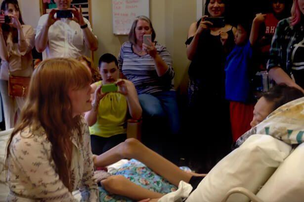 Florence Welch faz visita para fã que enfrenta câncer em hospital Background