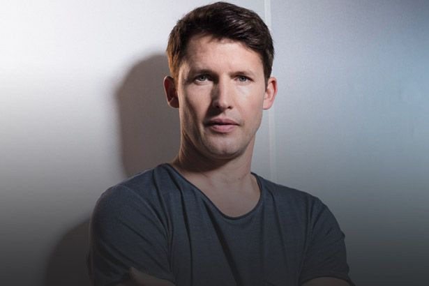 "Confira lyric video de ""Time Of Our Lives"", inédita de James Blunt Background"