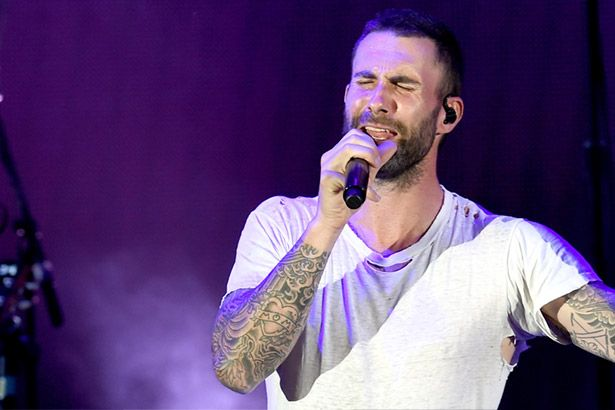 "Adam Levine canta ""Hey Jude"" em homenagem a Christina Gimmie Background"