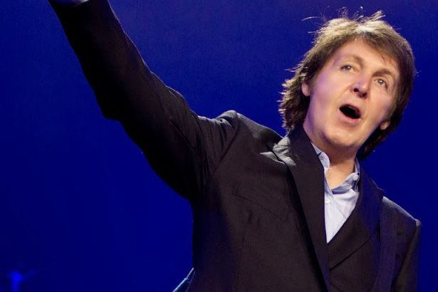 Paul McCartney vai ao palco com The Killers Background