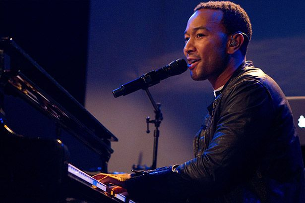 John Legend vai regravar música tema de A Bela e a Fera com Ariana Grande Background