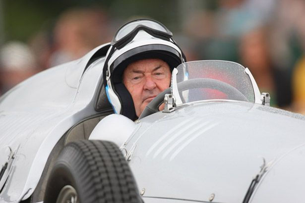 Ex-Pink Floy Nick Mason bate carro em corrida Background