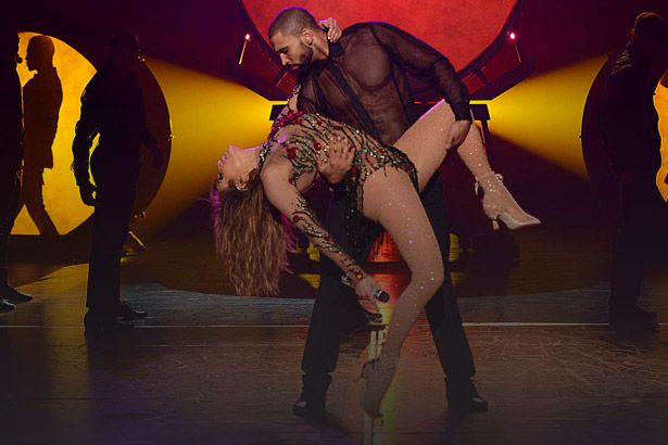 Placeholder - loading - Jennifer Lopez trava as costas durante show