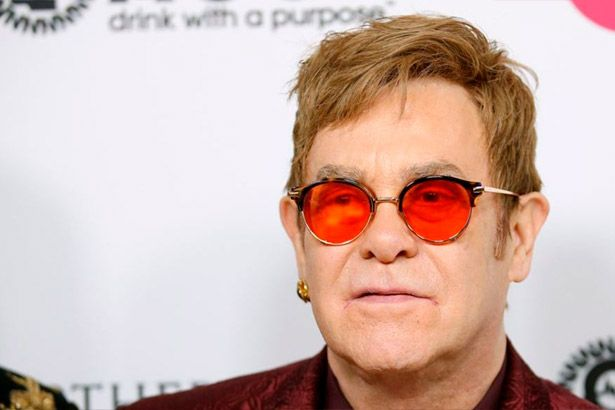 Elton John contrai infecção grave na América do Sul Background