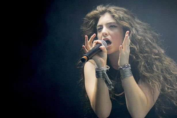 Lorde revela faixas inéditas em festival Background
