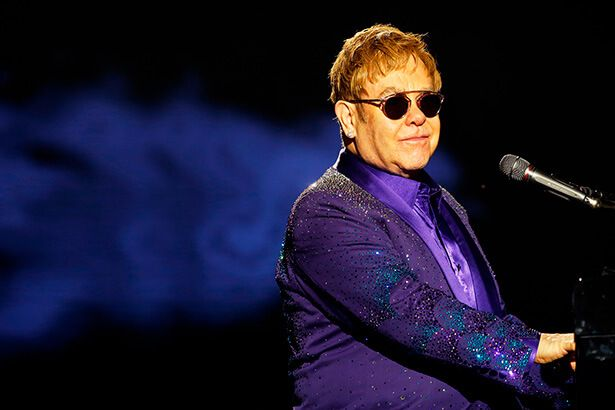 Elton John chora em homenagem a George Michael Background