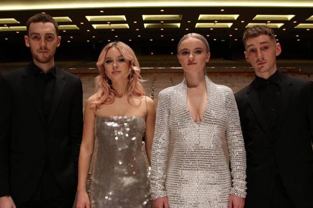 Assista ao clipe de Clean Bandit com Zara Larsson Background