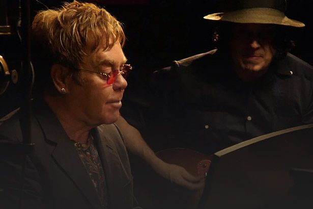 Assista ao dueto inédito de Elton John e Jack White Background