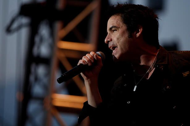 Train estreia clipe de Play That Song Background
