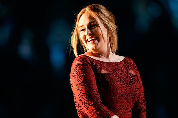 Adele dedica show a Brad Pitt e Angelina Jolie Background