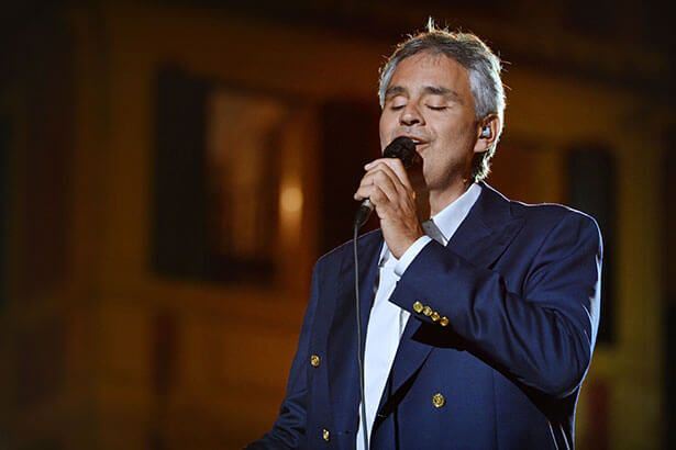 Andrea Bocelli canta ao lado de detentos em SP Background