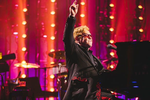 Elton John mostra talento em festival de música Background