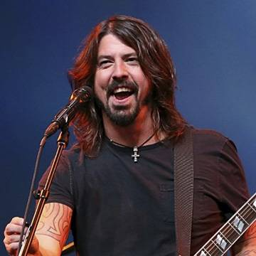 "Médico de Dave Grohl sobe ao palco para tocar ""Seven Nation Army"" Background"