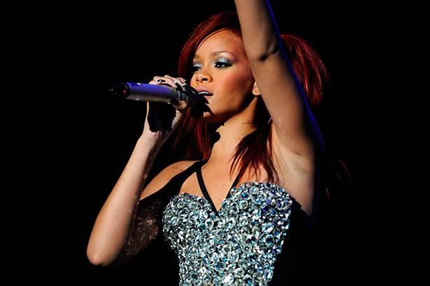 Antes de lançar álbum, Rihanna anuncia turnê mundial Background