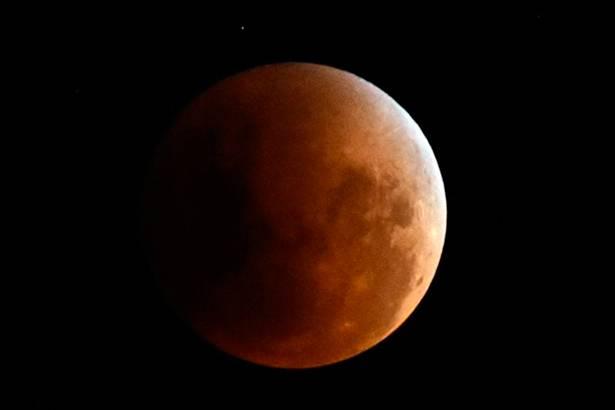 Após 33 anos, Eclipse Lunar e Superlua puderam ser observados no céu de São Paulo Background