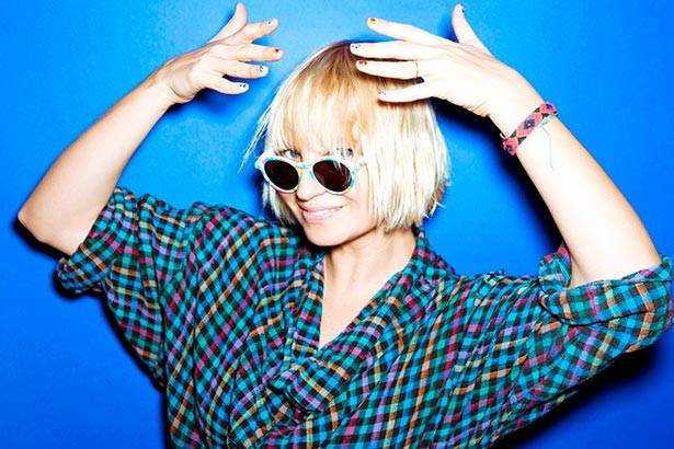 "Sia lança ""Broken Glass"" e apresenta ""Cheap Thrills"" na TV Background"