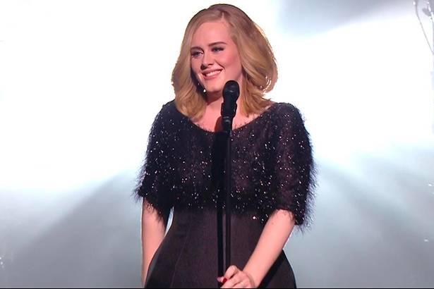 Adele não passará pelo Brasil em 2016 Background