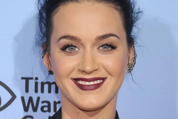 Com US$ 135 milhões arrecadados em 2015, Katy Perry é a cantora mais rica do ano Background