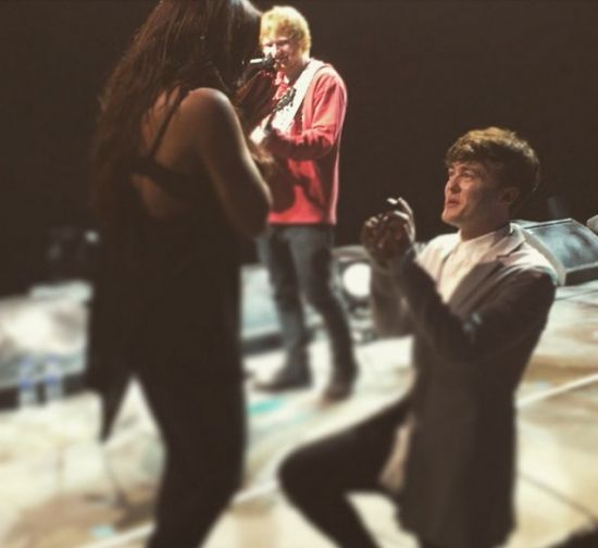 Ed Sheeran cantando em pedido de casamento de Jake Roche, feito a Jesy Nelson