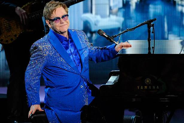 "A Antena 1 é a primeira rádio a tocar ""Blue Wonderful"", novo single de Elton John Background"