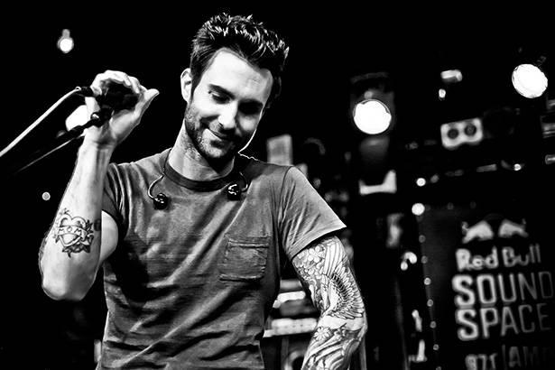 Maroon 5 e outros artistas se apresentam em festival beneficente Background