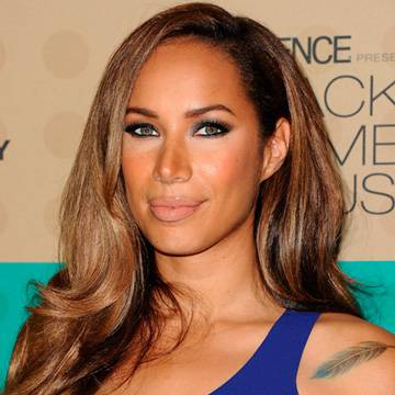"Placeholder - loading - Assista ao clipe de ""Thunder"", single de Leona Lewis"
