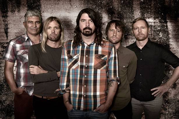 Dave Grohl revela que Foo Fighters gravou cinco faixas inéditas Background