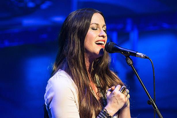 "Alanis Morissette interpreta versão acústica de ""Head Over Feet"" Background"