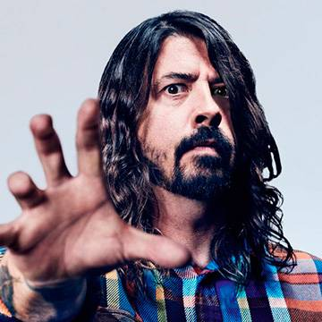 Dave Grohl enxerga fratura na perna como bênção para os Foo Fighters Background
