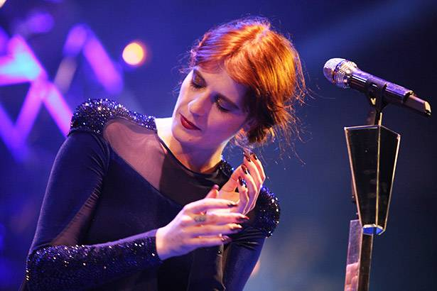 "Placeholder - loading - Florence + The Machine libera prévia do clipe de ""Delilah"" Background"