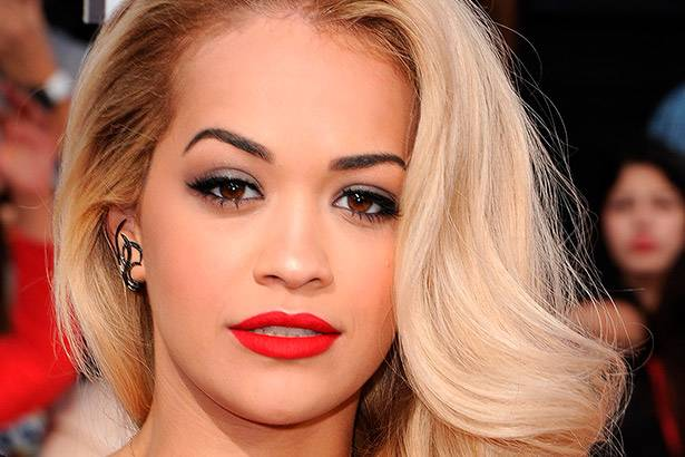 Rita Ora tenta quebrar contrato com gravadora Roc Nation Background
