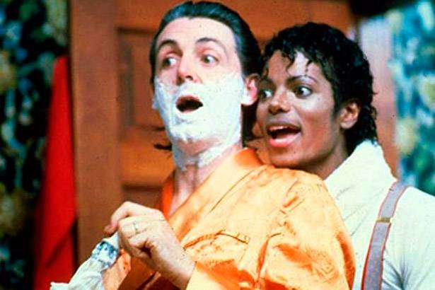 "Confira o clipe do remix de ""Say, Say, Say"", dueto de Paul McCartney e Michael Jackson Background"