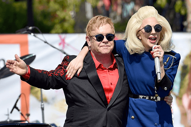 Lady Gaga aparece de surpresa em show de Elton John Background