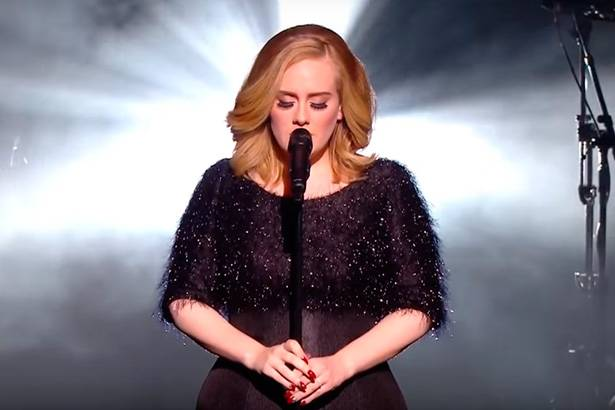 """Adele faz apresentação emocionante de """"Hello"""" em premiação Background"""
