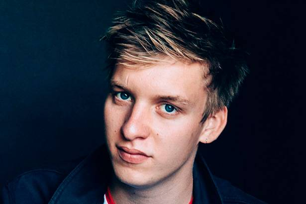 George Ezra faz performance em programa de TV Background
