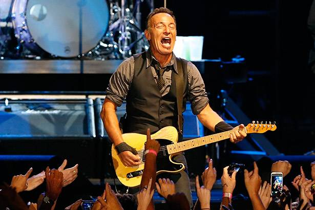 Bruce Springsteen presta homenagem a Glenn Frey Background