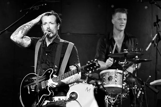 Placeholder - loading - Eagles of Death Metal fazem o primeiro show em Paris após ataques terroristas Background