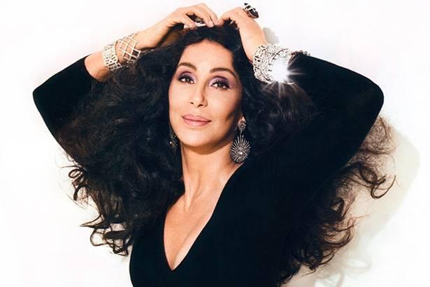 Cher faz doação para cidade com crise hídrica Background