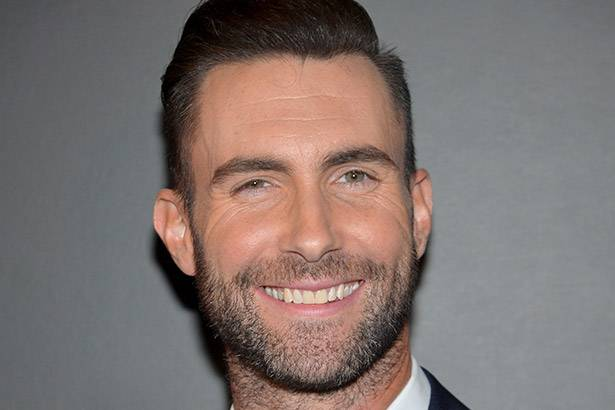 Adam Levine nega que Maroon 5 fará apresentação no Super Bowl 2016 Background