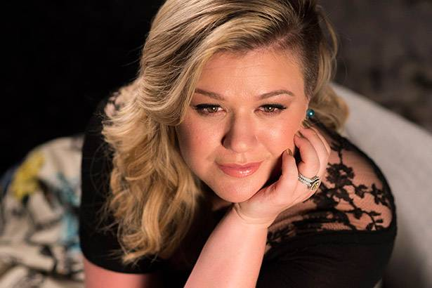 "Confira o clipe do single ""Piece By Piece"", de Kelly Clarkson Background"