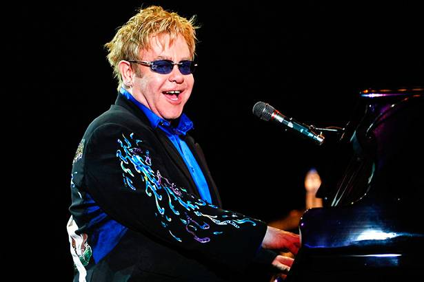Confira homenagem de Elton John a David Bowie Background