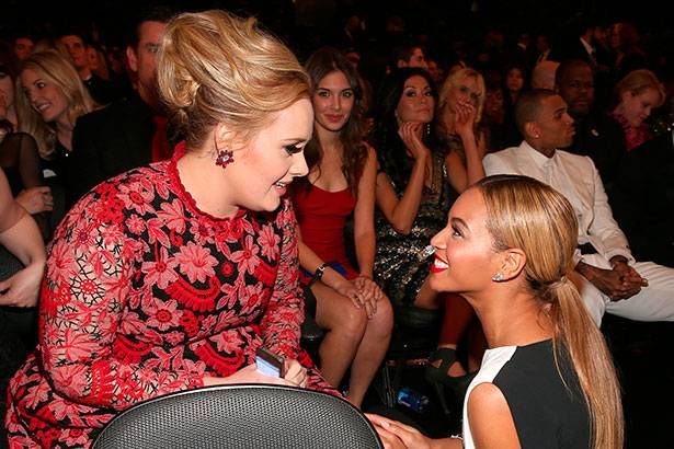 Adele desmente boatos de rejeitar dueto com Beyoncé Background