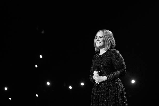 Placeholder - loading - Fã autista sobe ao palco com Adele Background