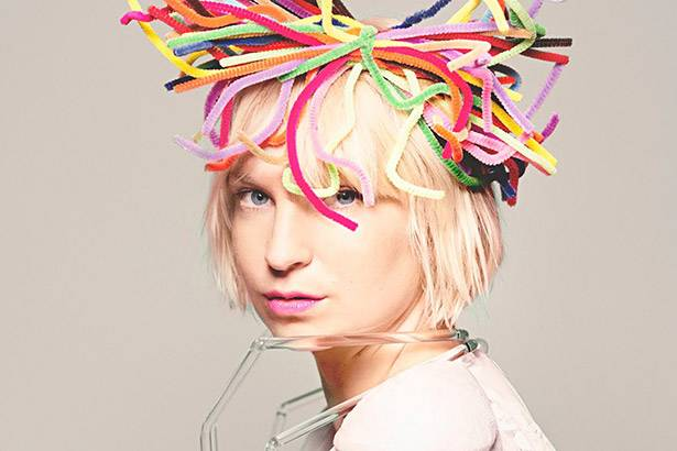 "Sia libera o single ""Alive"". Ouça na íntegra! Background"