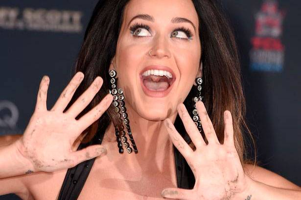 Katy Perry deixa sua marca no Handprint Ceremony Background