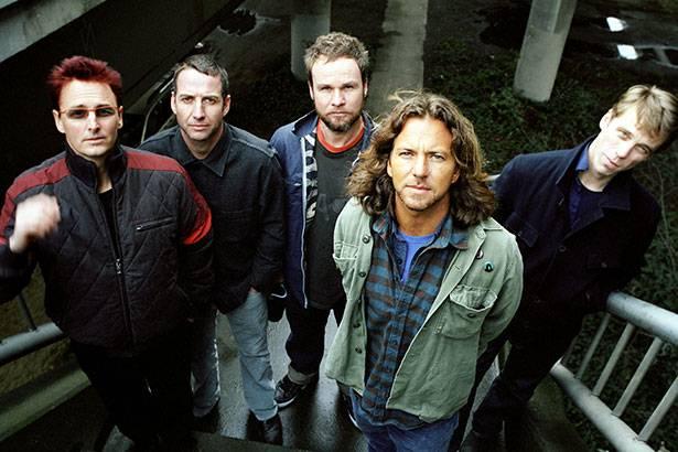 Pearl Jam anuncia que cachê de show será doado às vítimas do desastre em Mariana Background