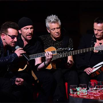 "U2 volta a tocar ""Gloria"" em passagem por Chicago Background"