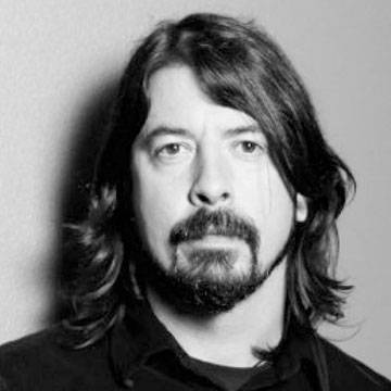 Dave Grohl quebra perna durante show e turnê é adiada Background